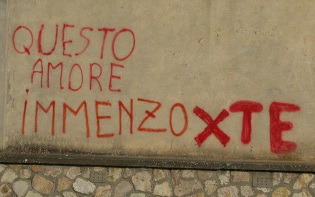 Immagine con frase scritte muri questo amore immenzo per te - Frasi sui muri di casa ...