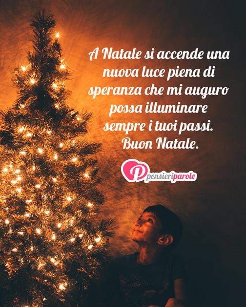 Frasi Di Natale Oscar Wilde.Immagine Con Augurio Auguri Di Natale A Natale Si Accende Una Nuova Luce Piena Di